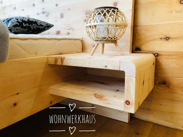 Zirbenholzbett mit Nachttisch schwebend Passau