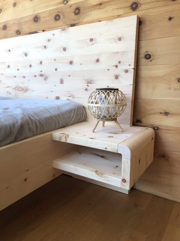 Zirbennachttisch -Nachttisch aus Zirbenholz schwebend Modell Passau